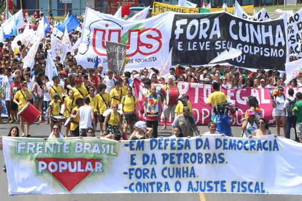 Manifestantes foram às ruas com críticas ao ajuste fiscal e pediram a saída do deputado Eduardo Cunha da presidência da Câmara