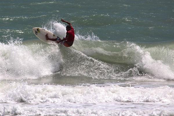 O surfista Emanuel de Souza mostra suas manobras nas ondas da Praia do Amor, em Pipa.