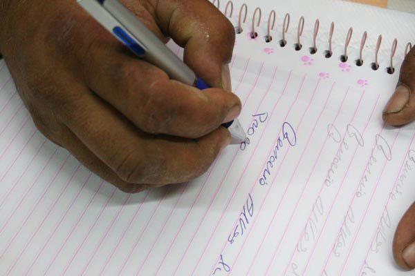 Programas oficiais ou executados por organizações não governamentais ajudam a derrubar a taxa de analfabetismo no Brasil