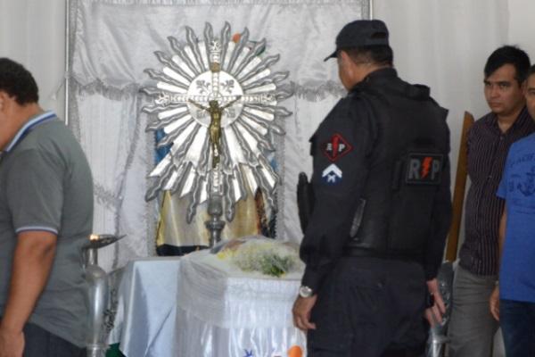 Amigos, familiares e companheiros de PM participam de velório de policial assassinado