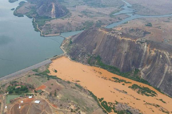 Órgãos ambientais de Minas Gerais fazem o monitoramento dos estragos provocados pela lama de rejeitos no Baixo Guandu