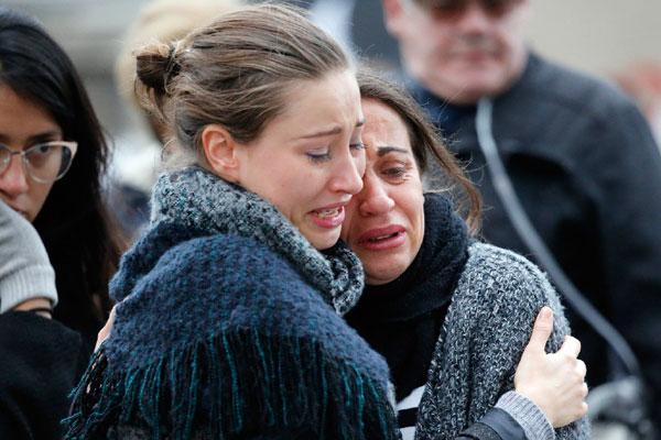 Emocionados, parisienses participam do minuto de silêncio em memória das vítimas do pior ataque terrorista da história da França