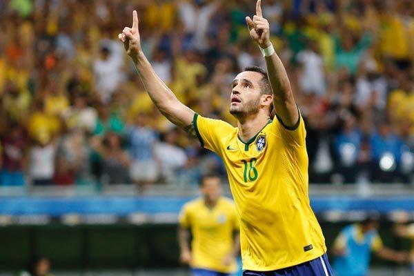Meio-campista Renato Augusto marcou o primeiro gol com a camisa da Seleção Brasileira e se emocionou na hora da comemoração