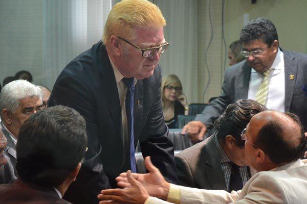 Marcos Antônio tenta convencer os vereadores, momentos antes da votação em plenário