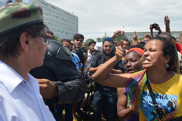 Resultado de imagem para confronto em brasília