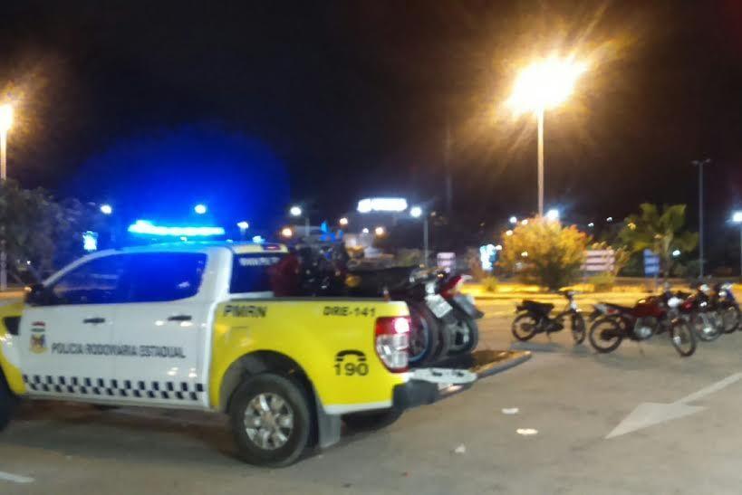 Várias motocicletas foram apreendidas durante a operação policial na noite de sábado (21)