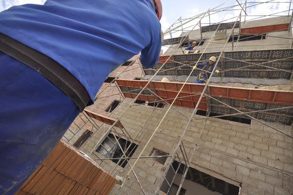 Em relação aos setores, a maior queda na quantidade de pessoas ocupadas foi na construção