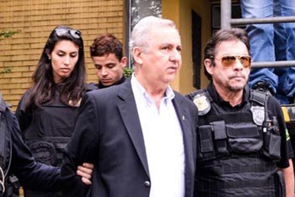 Policiais federais prendem o empresário que é suspeito de envolvimento nas irregularidade na contratação do navio sonda
