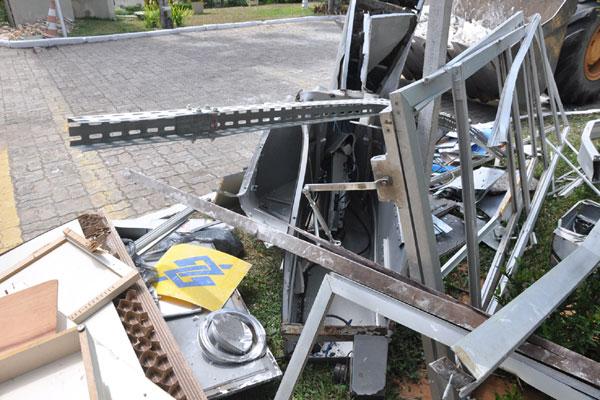 Uma das ações dos bandidos foi no prédio da Reitoria da Universidade Federal, com explosão que destruiu totalmente a máquina