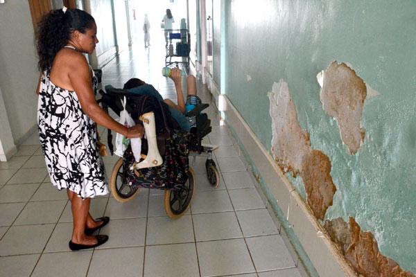 Pacientes que precisam de atendimento sofrem com a espera por equipamentos e estrutura