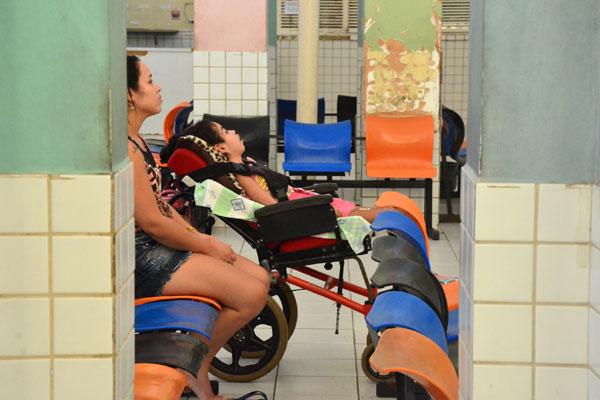 Além da precária estrutura física, pacientes sofrem com a falta de profissionais especializados, como pediatras e neurologistas
