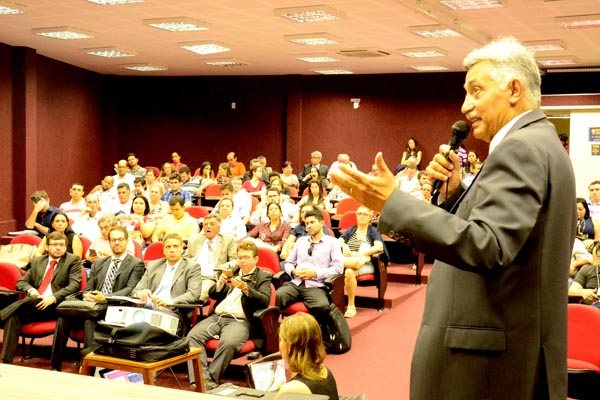Coordenador do Marcco, Carlos José, debate medidas contra a corrupção em evento na UFRN