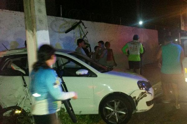 Com o impacto da colisão, uma das bicicletas foi parar no alto de um muro