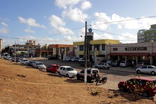 Comerciantes apontam insegurança na Avenida Roberto Freire, onde cafeteria foi alvo de arrastão