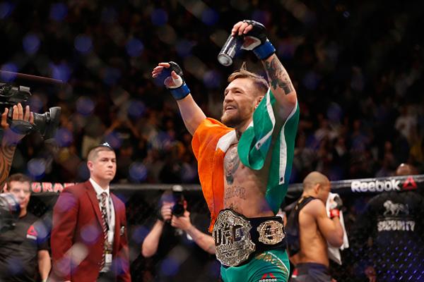Conor McGregor comemora título dos penas do UFC; desolado, José Aldo chorou muito após o resultado
