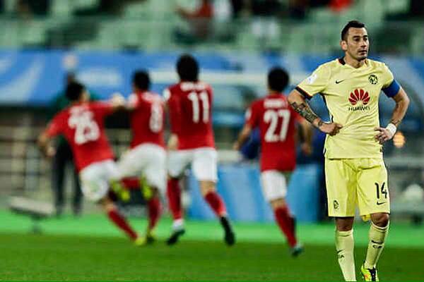 Paulinho (camisa 8, ao fundo) comemora o golda vitória do Guangzhou contra o América do México; time chinês encara o Barcelona nas semifinais