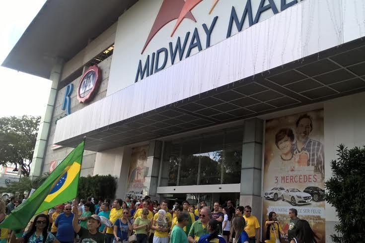 Manifestantes pró-impeachment se concentram em frente ao Midway Mall na tarde deste domingo (13)