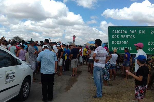 Manifestantes afirmam que cidades próximas estão com água