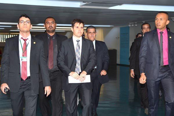Policiais federais vão à Câmara dos Deputados para cumprir os mandados expedidos pelo ministro do Supremo Tribunal Federal