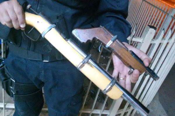 Dois homens fugiram em direção a um matagal e deixaram as armas, que foram apreendidas pela polícia