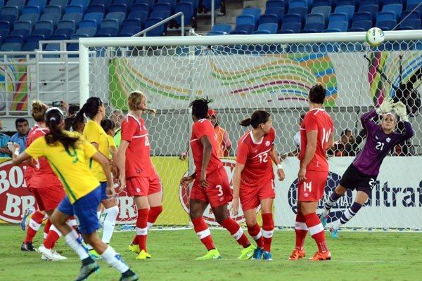 Andressa Alves bateu falta com categoria e viu a bola tomar o rumo da rede defendida por Labbe