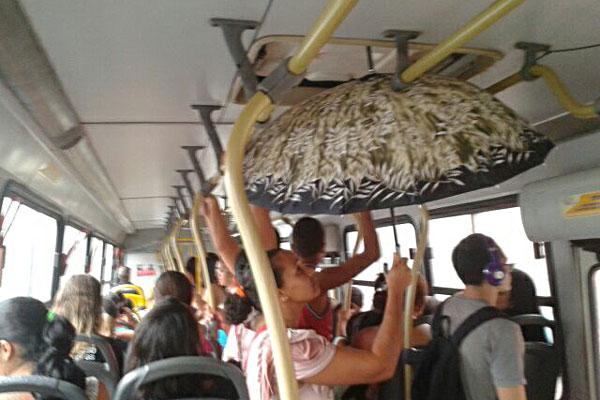 Passageira de ônibus da linha 132 (Jardim Petrópolis/Petrópolis), da empresa Oceano, se protegeu de água que caía pela entrada de ventilação