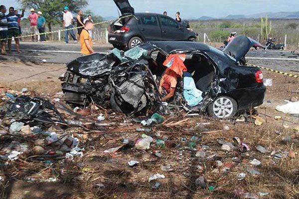 Colisão frontal deixou veículo totalmente destruído na BR-226, entre Tangará e Serra Caiada