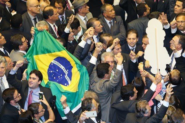 Mobilizações nas ruas, investigação sobre corrupção e processo de impeachment mudam rumo da política brasileira