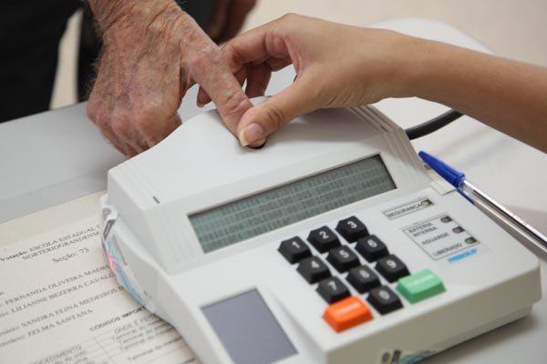 Eleitores vão às urnas nas eleições municipais para a escolha de prefeitos e vereadores