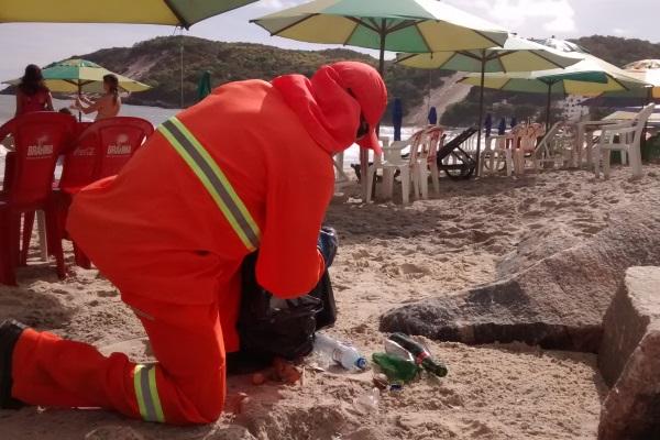 Funcionários da Urbana realizaram a limpeza da orla logo nas primeiras horas da manhã