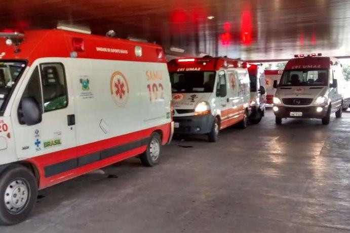 Ambulâncias precisaram aguardar devolução de macas no pátio do hospital