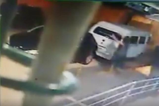 Câmera de segurança registrou momento em que mulher volta para retirar filha do carro tomado por assaltantes