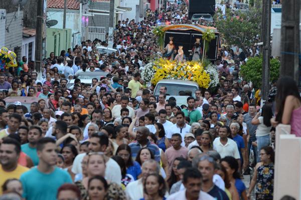 Milhares de pessoas participam da procissão de Reis, em Natal