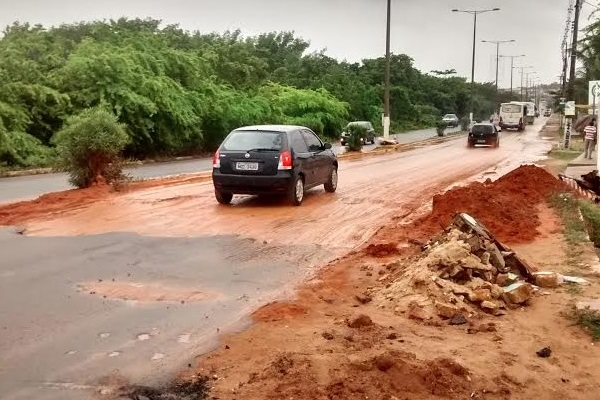 Cratera foi aterrada no trecho da Avenida Dr. João Medeiros Filho, no trecho sobre o Rio Doce