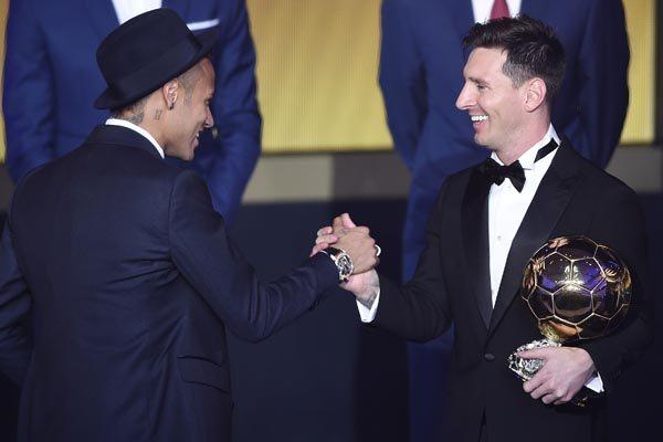 Amigos e parceiros do Barcelona, Neymar e Messi se cumprimentam após o argentino ser eleito mais uma vez o melhor do mundo