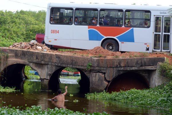 Veículos trafegam sobre o rio em uma estrutura cheia de rachaduras. Problema teve origem em abril de 2012, mas não houve reparos