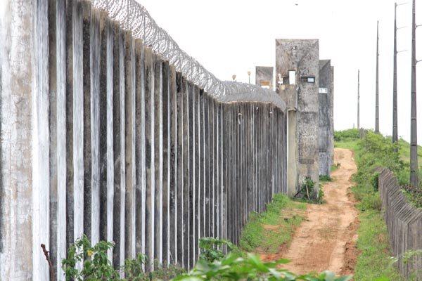 Em Alcaçuz, muralhas são mal iluminadas e o terreno sob a unidade é um verdadeiro 'queijo suíço'