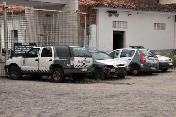 Veículos de vários modelos, deixados à céu aberto, dentro do Quartel da Polícia Militar, se deterioram. Associações afirmam que problema é a falta de autonomia da PM