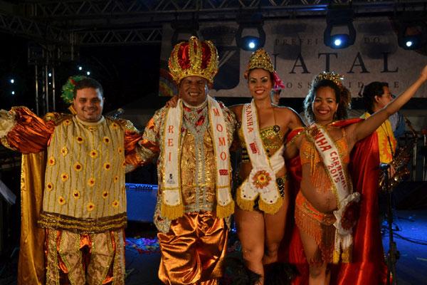 Charles Campos e Eliamary Teixeira (centro) são coroados pelo rei e rainha do ano passado