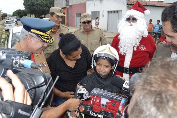 Kauã Arthur deixou o hospital onde estava internado para subir num carro do Corpo de Bombeiros