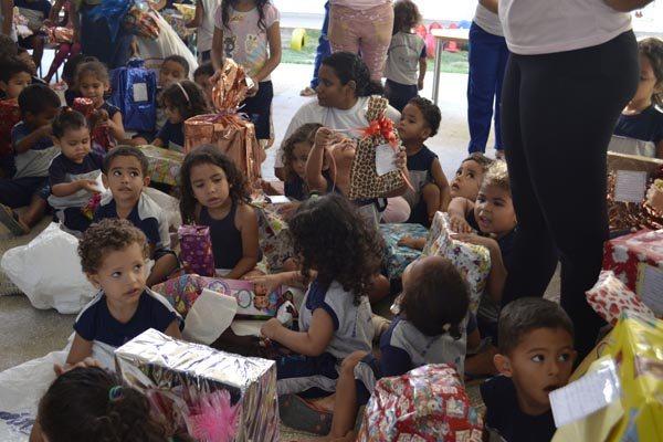 Crianças receberam de brinquedos e calçados a material escolar