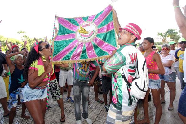 Sambistas da Balanço do Morro comemoram o título de campeã, após a apuração das notas