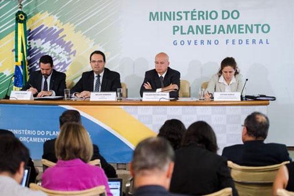 Ministro Nelson Barbosa, com a equipe econômica do governo, defende banda fiscal para controlar gastos e anuncia cortes no Orçamento da União deste ano