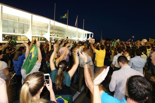 Manifestantes pedem a renúncia da presidente Dilma e a prisão de Lula perto do Alvorada