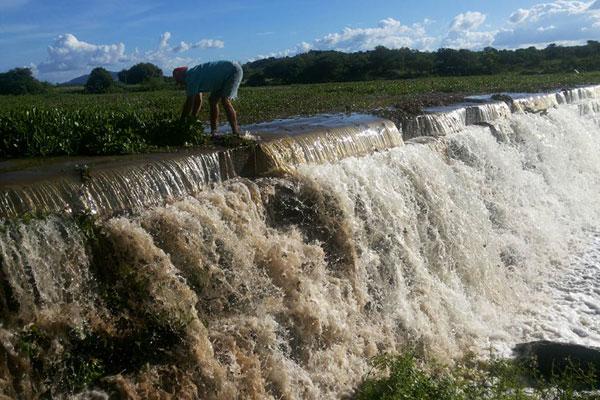Com as chuvas, vários reservatórios de médio e pequeno porte estão sangrando, como a barragem Maniçoba, em Serra Negra do Norte