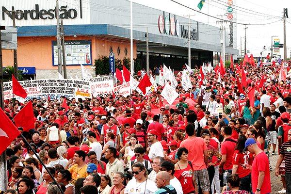 Militantes que querem a permanência da presidente voltam às ruas neste fim de semana