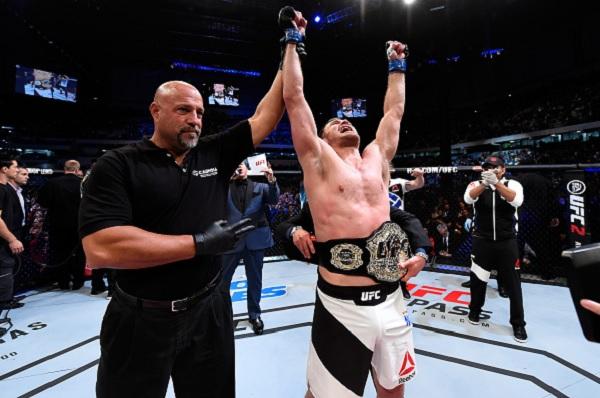 2acafc54174c2 Divulgação UFC Miocic derrotou Werdum com um cruzado de direita no queixo  aos 2m47s do primeiro round