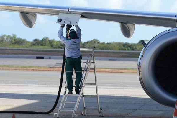 Aeronave sendo abastecida no aeroporto do RN: Combustível terá ICMS zerado por meio de decreto