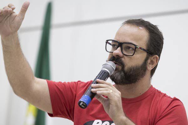 Pablo Capistrano utliza uma alegoria surreal e divertida para abordar a atual situação da sociedade: na política, no consumo e nas relações