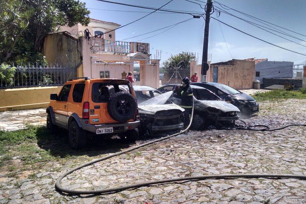 Quatro carros foram atingidos e pelo menos dois ficaram completamente destruídos
